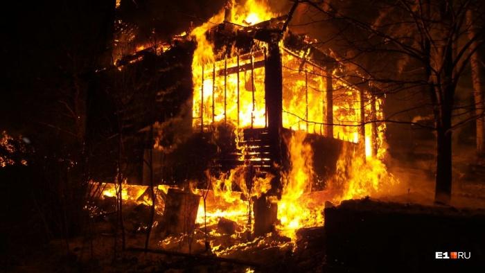 Дома полностью охвачены огнём