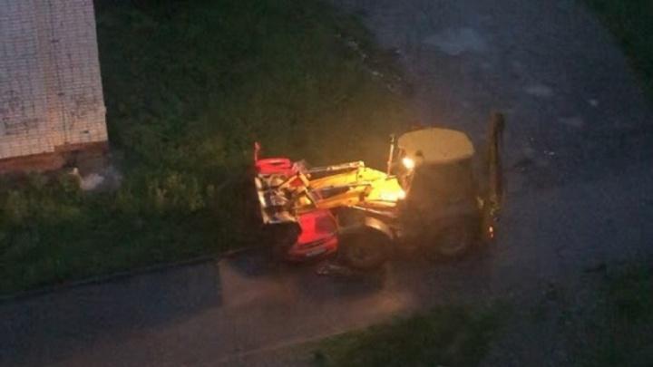 «Прокатил в ковше, давил колёсами». Автомобиль жительницы Березников раздавили трактором
