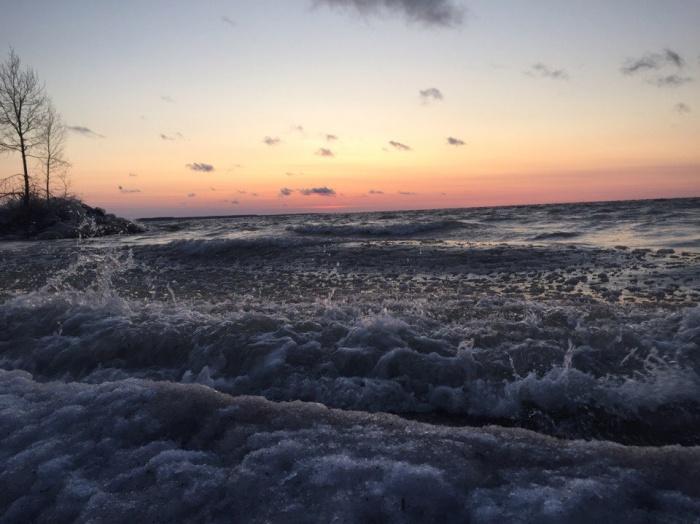 На переднем плане — замерзшие волны водохранилища