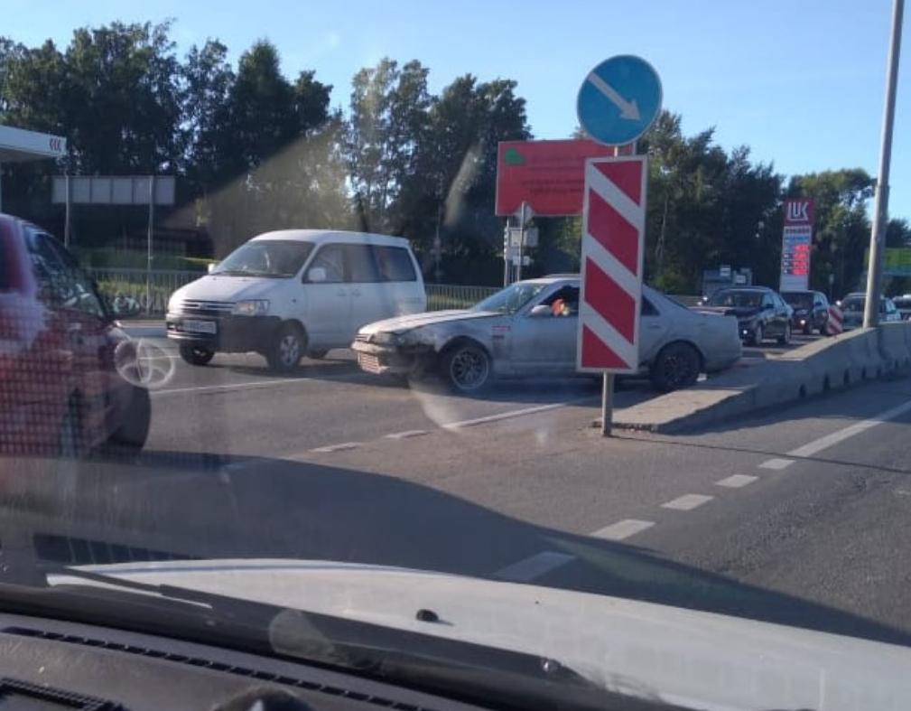 Из-за аварии автомобили встали в длинную пробку