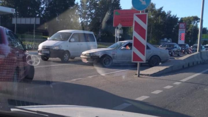 На Бердском шоссе собралась двухкилометровая пробка из-за ДТП