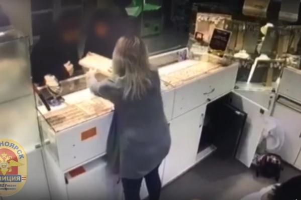 Молодой человек украл лоток с украшениями из ювелирного салона