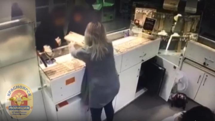 Подросток украл в ювелирном магазине лоток с украшениями. Видео