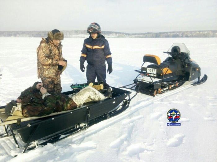 Рыбака вывезли с помощью снегохода и транспортировочных санок