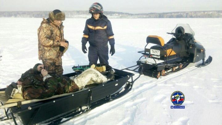 Спасатели вывезли со льда Обского моря рыбака с подозрением на сердечный приступ
