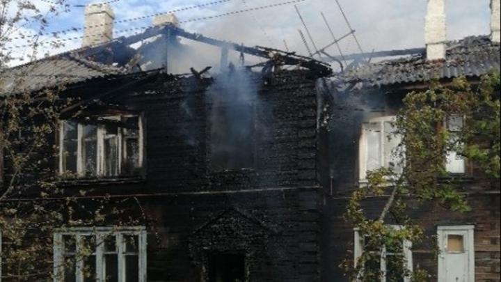 Выехали четыре пожарных расчета: на Левом берегу Архангельска загорелся деревянный жилой дом