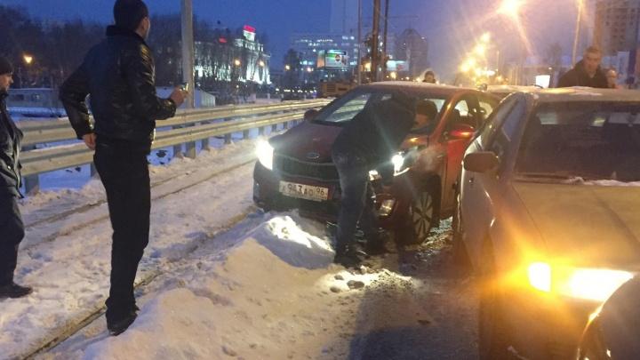 Из-за мелкой аварии на Макаровском мосту встало движение в сторону Московской