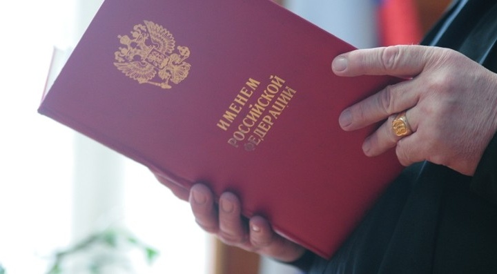 """В Екатеринбурге полицейского, обещавшего """"замять"""" уголовное дело, отправили в колонию на три года"""