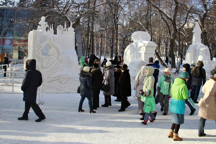 В этом году место проведения фестиваля изменилось —скульптуры стоят за зданием Краеведческого музея