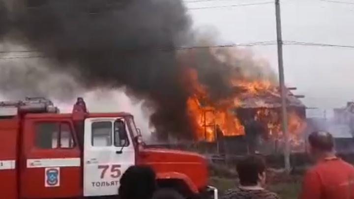 В Самарской области дотла сгорели коттедж с иномаркой