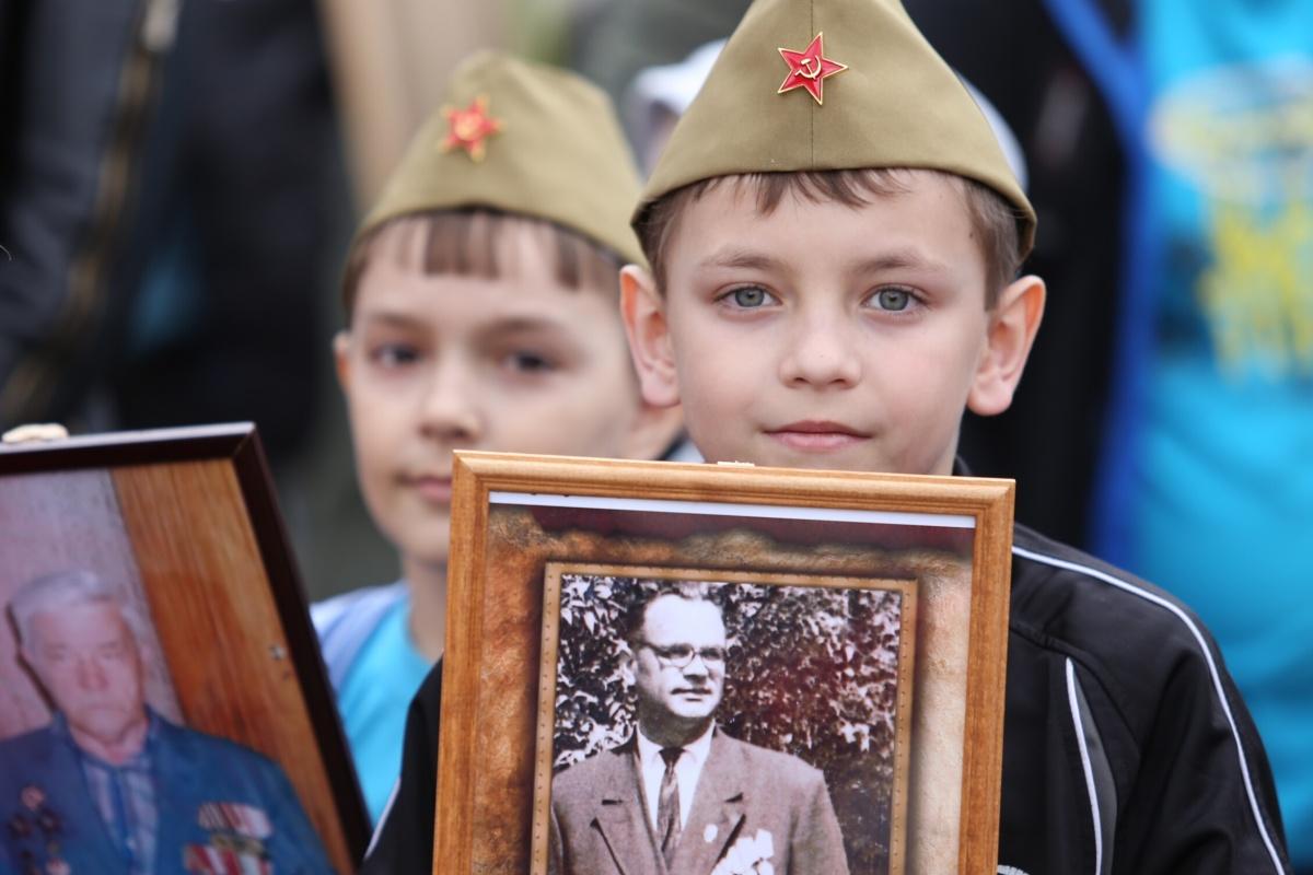 Каждый год 9 мая родственники погибших на войне собираются в бессмертный полк — стать частью движения можете и вы