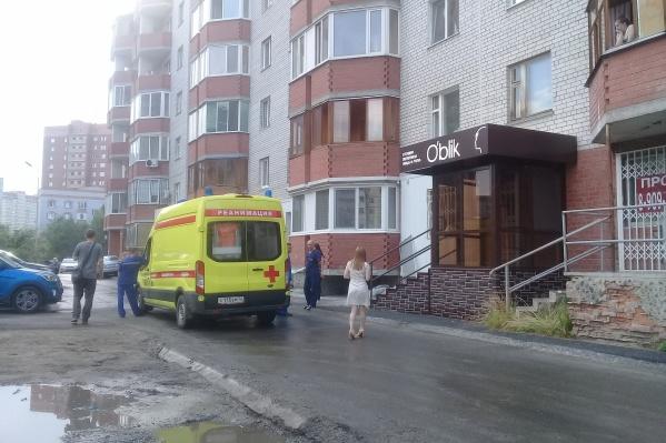 По предварительным данным, мальчик облокотился на москитную сетку, когда смотрел на улицу из окна