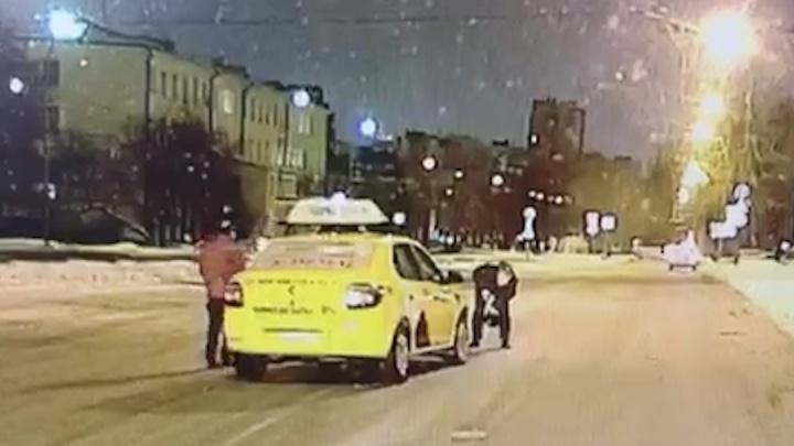В Екатеринбурге машина такси сбила девочку, которая бежала на остановку: ДТП попало на видео