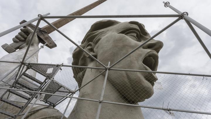 Запустили обратный счет: голову «Родины-матери» освободили от строительных лесов