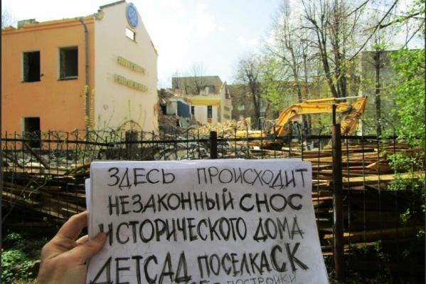 Здание разрушали с конца апреля, но никто не остановил собственника