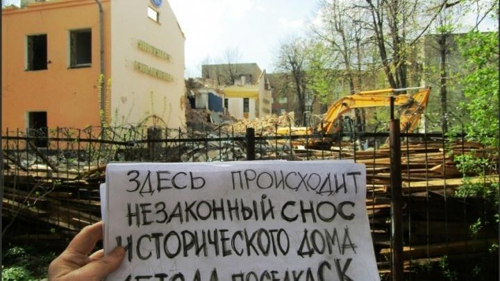 Смотрели, как его сносили, и не сделали ничего: в Ярославле собственник разрушил советское здание