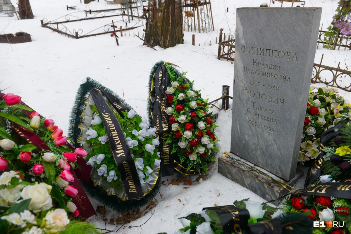 Художника Виталия Воловича похоронили рядом с матерью и женой