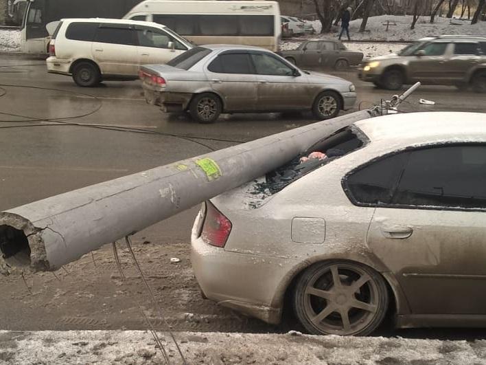 Столбы попадали наулице Немировича-Данченко