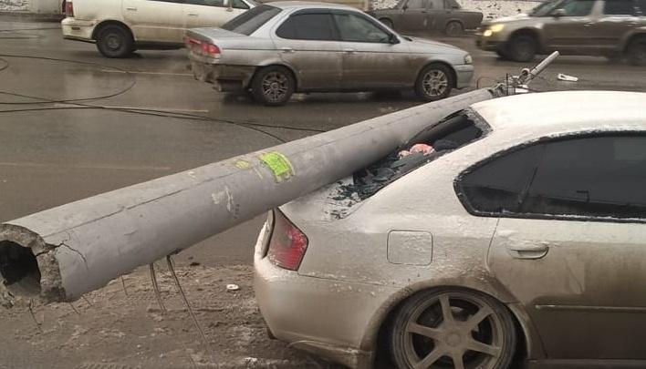 Столбы рухнули на машины и автобус на улице Немировича-Данченко: очевидцы винят водителя КамАЗа