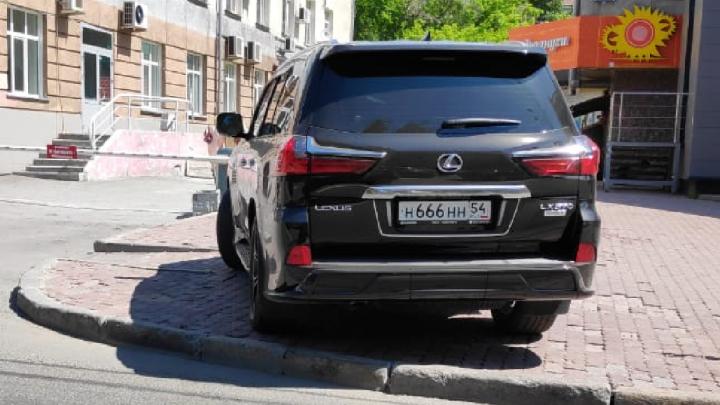 «Я паркуюсь как чудак»: Lexus Н666НН — дьявольская парковка на Красном, плевать на разбитую плитку