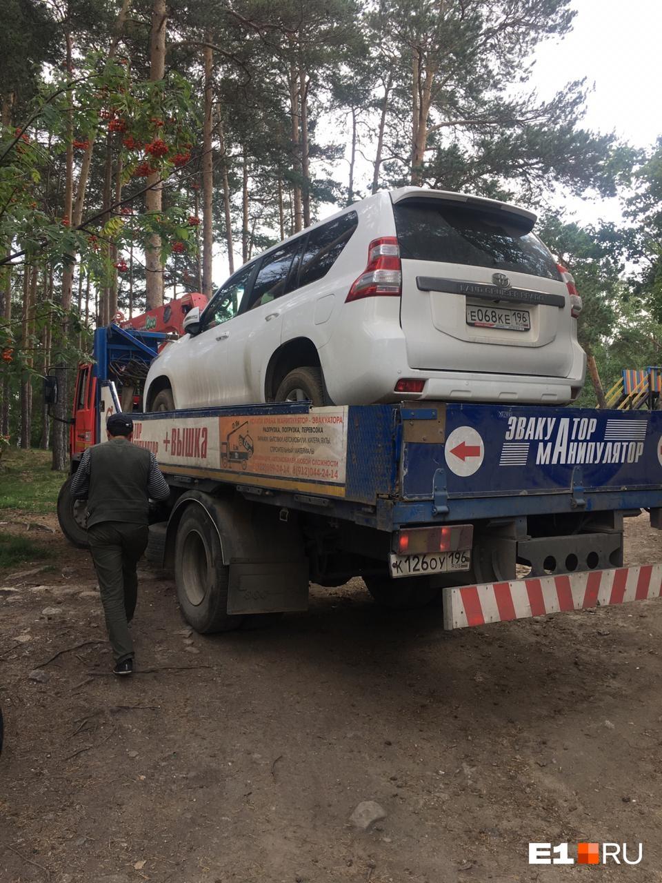 Судебные приставы за долги забрали дорогие автомобили у семьи владельцев базы «Карасики»