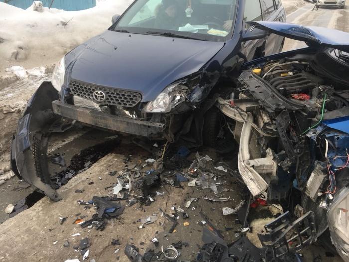 Столкнувшиеся машины получили сильные повреждения