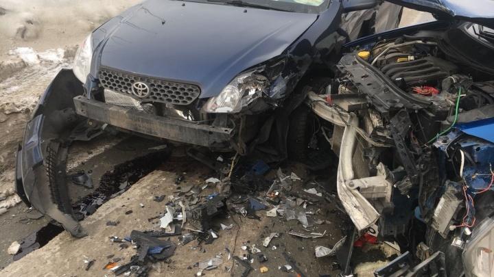 Помешала колея: авария с «Рено» и «Тойотой»перекрыла улицу в Октябрьском районе