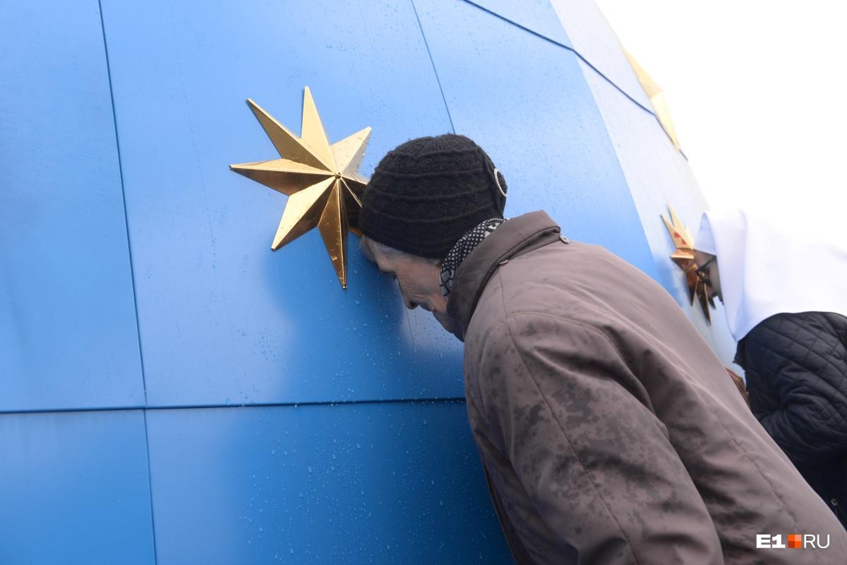 Православные воспользовались случаем и припали к куполу, пока он был на земле