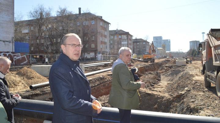 Ездим с мэром Перми по местам, на которые жалуются жители — тут плохие дороги и много мусора