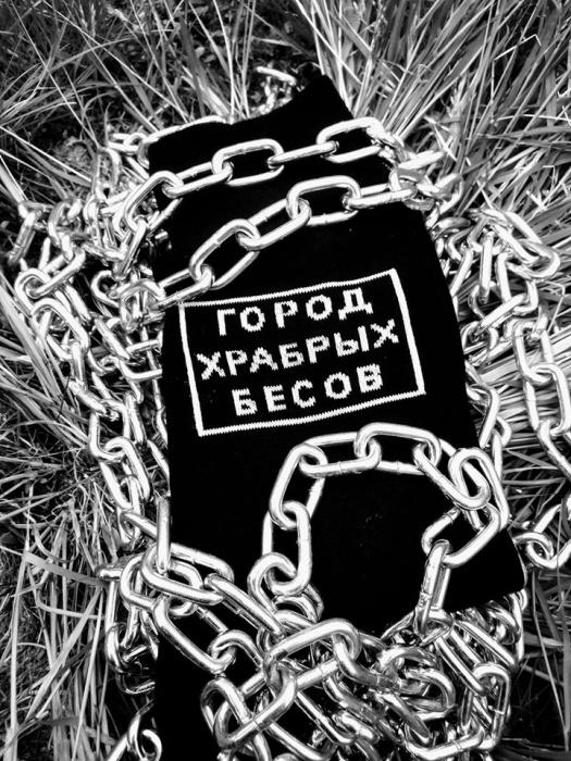 «У этой истории должен был появиться мерч»: екатеринбуржец выпустил носки с «Городом храбрых бесов»