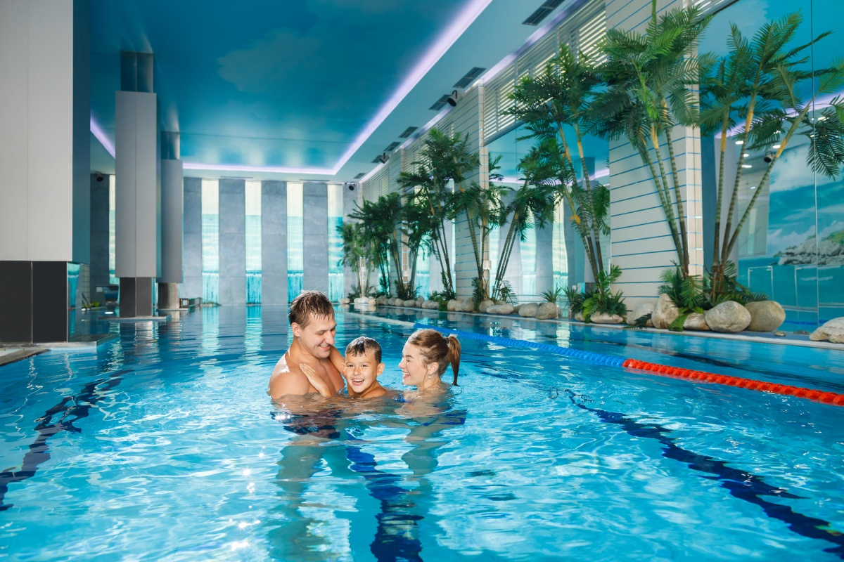 В Ultra Family Fitness есть 20-метровый бассейн, в котором можно плавать всей семьей