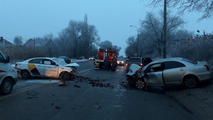 «Увезли в тяжёлом состоянии»: на юге Волгограда в жутком столкновении такси и Toyota пострадали трое
