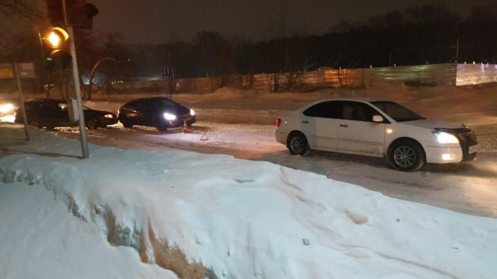 Три автомобиля попали в ДТП на Объединения: пострадал один из водителей