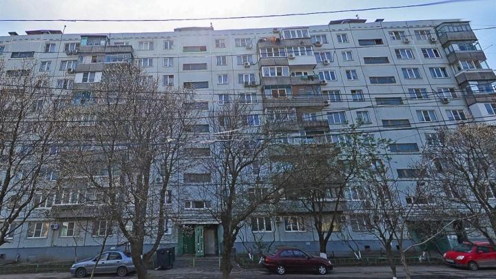 В Ростове на 2-м поселке Орджоникидзе мужчина выпал из окна