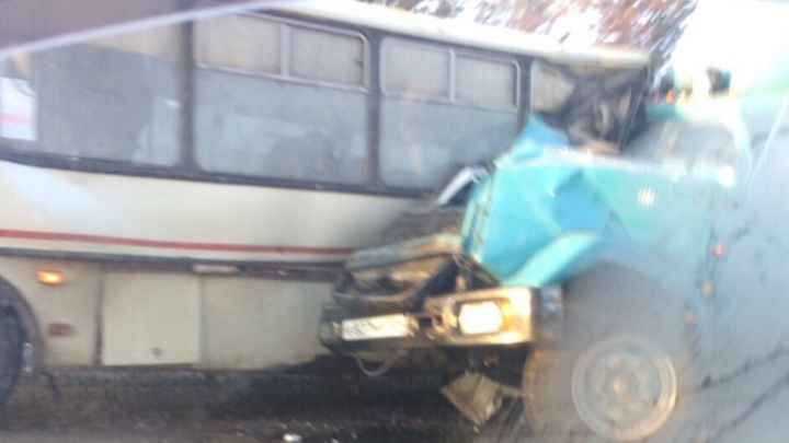 Под Канском ЗИЛ въехал в автобус с 11 пассажирами