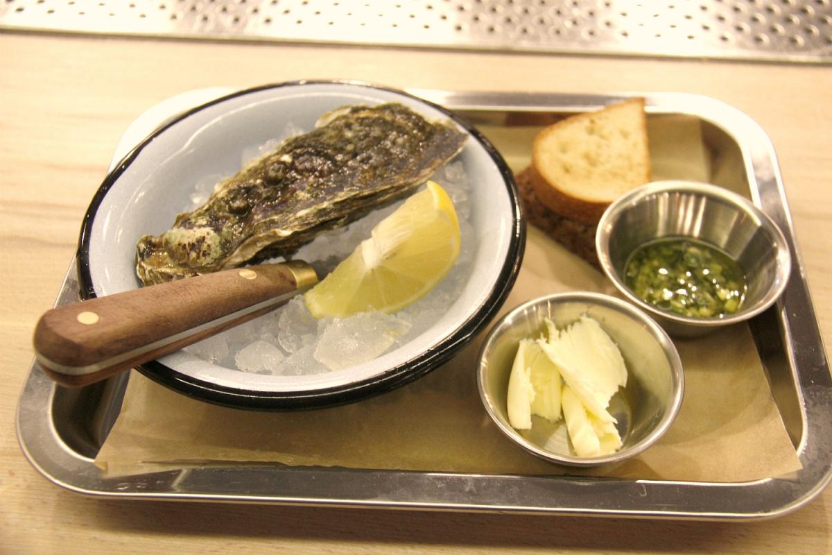 Устрица малютка за 140 рублей — при желании в кафе можно попросить нож, чтобы попытаться открыть её самостоятельно