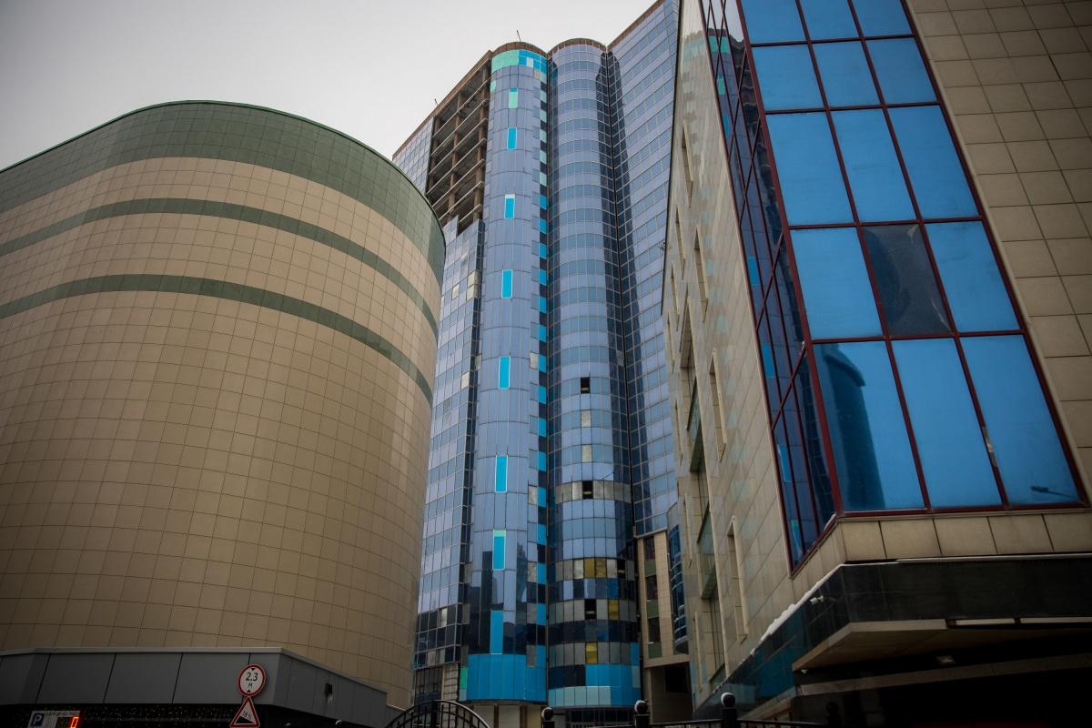 Здание не было остеклено полностью, но за годы простоя успело потерять часть окон на нижних этажах