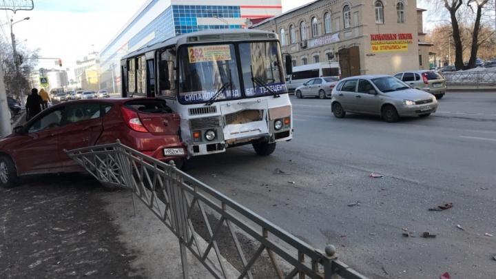 В центре Уфы Hyundai залетел под автобус и снёс ограждение