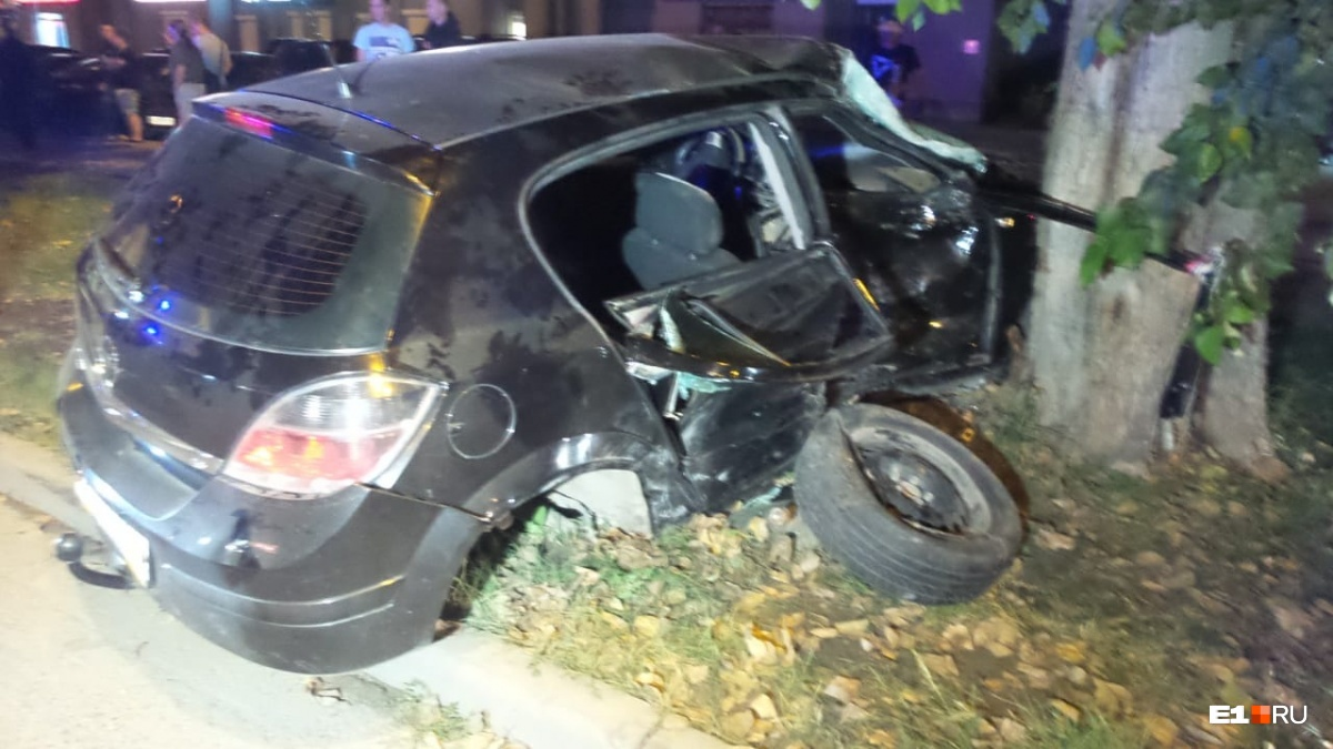 Opel отбросило, и он влетел в дерево