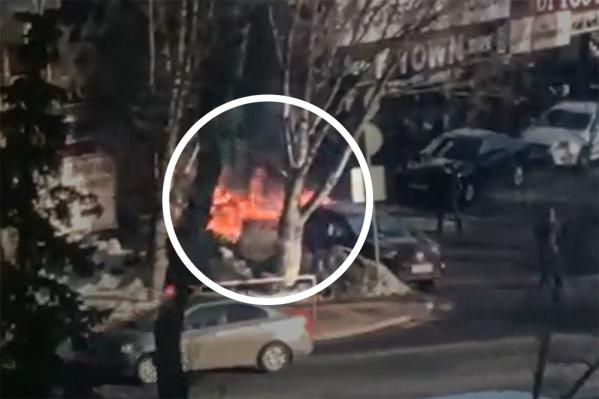Пламя — сильное, черный дым было видно из разных точек города