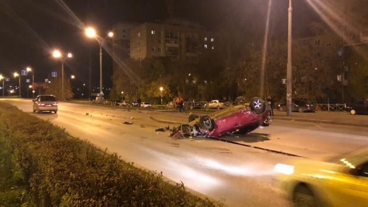 В Перми ночью на Чкаловской дамбе перевернулась иномарка