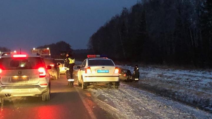 Под Екатеринбургом грузовик столкнул с дороги легковой автомобиль