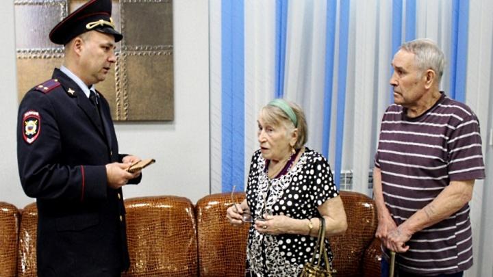 Честный водитель маршрутки подобрал кошелек с 65 тысячами и отдал старушке-владелице