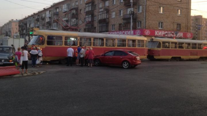 Влетевший в трамвай Ford парализовал улицу Заводскую