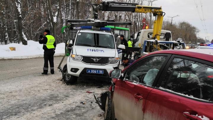 «Меня будто трактор переехал»: пострадавшая в ДТП на Уралмаше — о том, как ее машину протаранил полицейский УАЗ