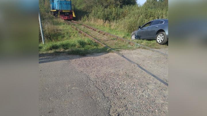 На железнодорожном переезде в Рыбинске тепловоз снёс легковушку