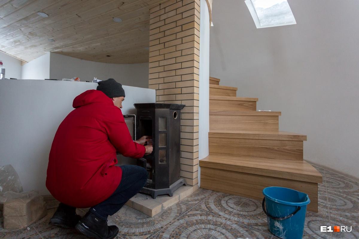 Газа в доме нет, и Илья приезжает и подтапливает печь, хотя в доме уже тепло за счёт тёплого пола