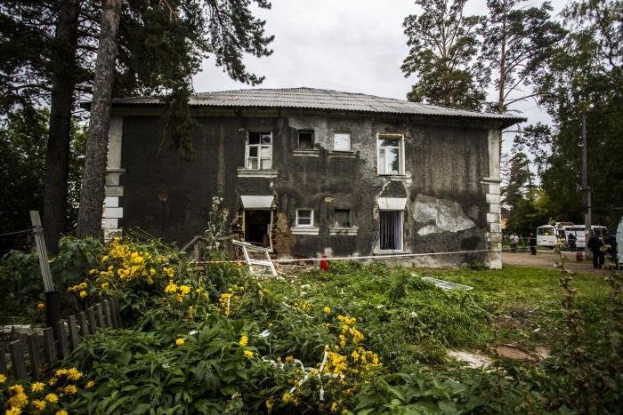 Рядом с бараками на Сеченова растут большие сосны