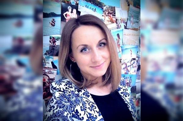 В полиции представили фото подозреваемой, однако отказались назвать её фамилию. По представленной полицией фотографии нам удалось найти в Красноярске в соцсетях одного человека — Александру Наводничую
