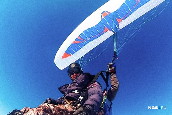 Двое новосибирцев уехали в мороз в горы Алтая, чтобы ночевать в снежной норе и летать на парапланах